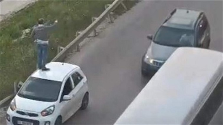 c2a43711b tayyar.org - بالفيديو..في لبنان: ماذا يفعل هذا المواطن على سقف سيّارته؟!